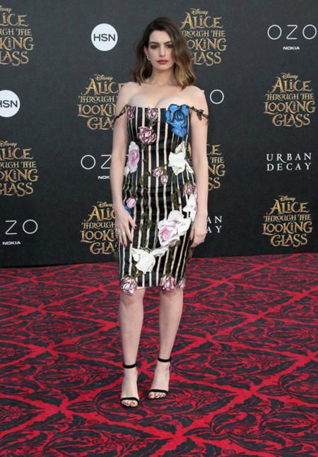 Anne Hathaway Alicia A Traves Del Espejo Los Angeles Cristopher Kane Vestido 2