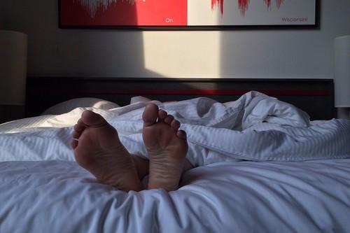 Por qué la gente que presume de vivir bien durmiendo menos de seis horas al día se está engañando