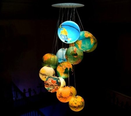 Recicladecoración: una lámpara hecha con bolas del mundo