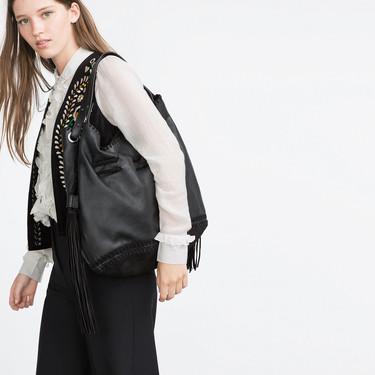 Por qué cargar demasiado nuestro bolso es malo para la espalda
