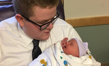Un joven se convierte en sensación al vestirse de traje para ir a conocer a su sobrina recién nacida