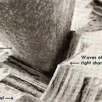 Estas imágenes de microscopio electrónico capturan lo que pasa cuando se reproduce un vinilo