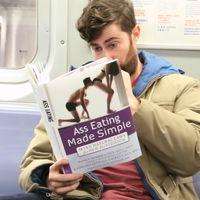 Esto es lo que pasa en el metro cuando lees libros falsos sobre cómo comer culos