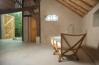 Una bañera inspirada en un asiento de forma orgánica