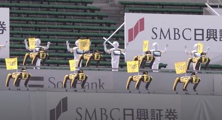 20 perros robot sincronizados bailando en un estadio de beisbol vacío: el trabajo más surrealista para Spot de Boston Dynamics