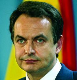 Zapatero pide patriotismo a los que critican la economía.