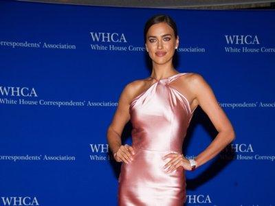 Irina Shayk se mueve como pez en el agua en la cena de gala de los corresponsales de la Casa Blanca