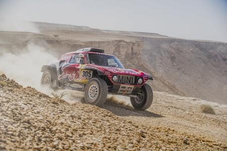 Carlos Sainz asesta un golpe letal al Dakar 2020 y Fernando Alonso vuelca tratando de superar una duna