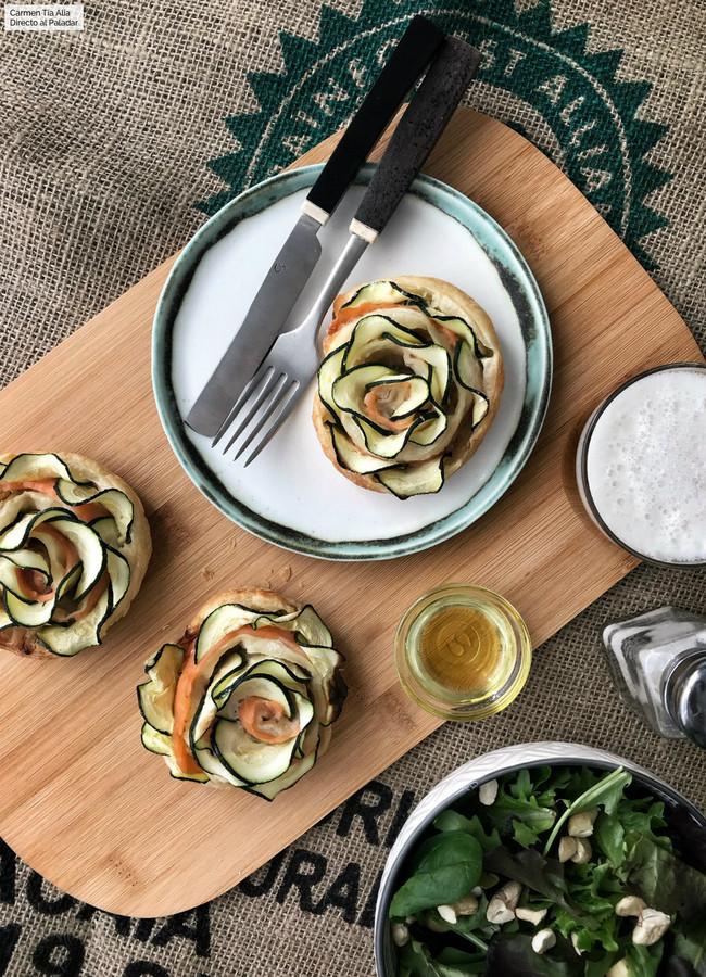 Flores de hojaldre, salmón y calabacín: receta fácil, rápida y lucida con vídeo incluido