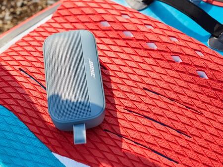 Este es el Bose SoundLink Flex, un altavoz portátil Bluetooth a prueba de manazas que incluso flota en el agua
