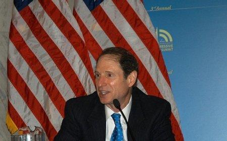 """Un senador de EE.UU """"ironiza"""" sobre el uso de """"bombas de racimo o misiles guiados"""" en la guerra del copyright"""