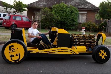 Increíble coche a escala real impulsado por aire y fabricado con piezas de Lego