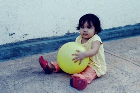 La foto de tu bebé: Abigail jugando con su pelota