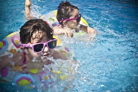 Guía de piscinas para el jardín: refréscate este verano en tu propia casa ahorrando