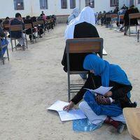 La preciosa fotografía de una madre afgana amamantando a su bebé durante un examen de admisión