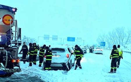 El caos en la AP-6 que dejó atrapados en la nieve a miles de conductores le costará a Abertis... 1.200 euros