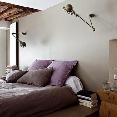 Puertas abiertas: un dormitorio simple en púrpura y gris