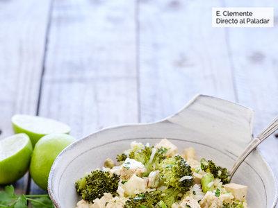 Ensalada al estilo asiático de tofu, arroz y brócoli. Receta vegetariana saludable