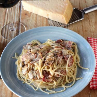 Espaguetis a la falsa carbonara: la receta de pasta con nata que no tiene nada de auténtico, pero nos encanta