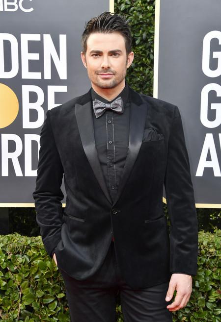 Jonathan Bennett falla con su look total en negro para los Golden Globes