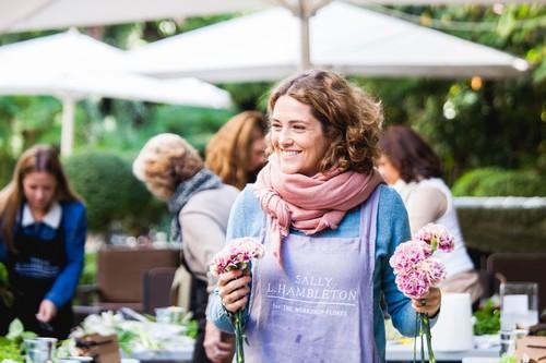 Sally Hambleton, la estilista de las flores, nos aconseja sobre cómo decorar la casa y la mesa estas fiestas