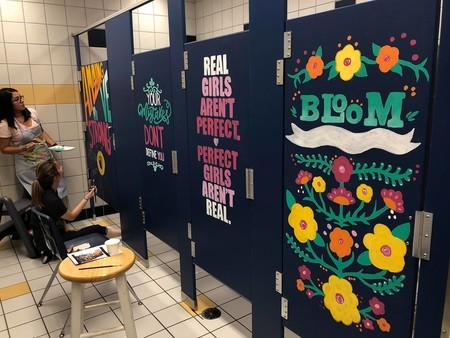 Un grupo de profesores decora los baños del colegio con mensajes positivos para sus alumnos