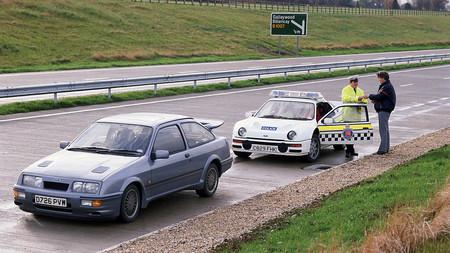 Recreando una imagen icónica de la policía británica con un Ford Focus RS y un Ford RS200