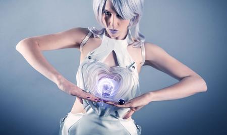 Este vestido de cóctel futurista llena tu copa y la sostiene por ti