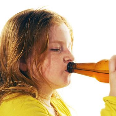 La futura ley contra el consumo de alcohol propone multar a los padres cuyos hijos menores beban