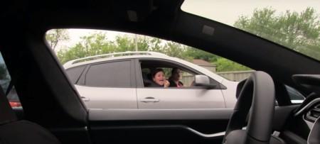 Ya estaban tardando en hacer la broma con el Autopilot de Tesla