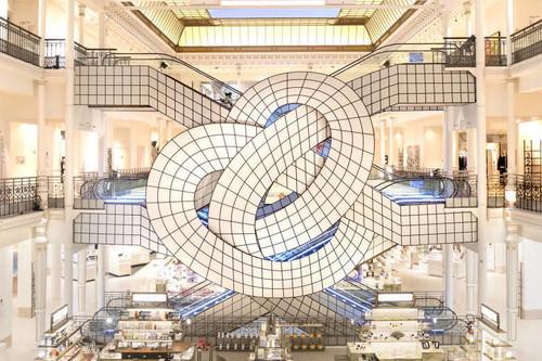 El trabajo ilusionista de Leandro Erlich se funde con las visionarias y ochenteras escaleras del Le Bon Marché
