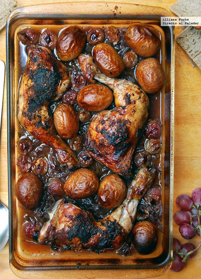Pollo asado al vino tinto con cebolla caramelizada y uvas: receta de pollo al horno dulzón