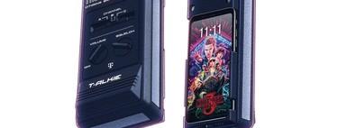 Todavía no lo has visto todo en merchandising de 'Stranger Things': esta carcasa convierte el móvil en un auténtico Walkie Talkie de 1985