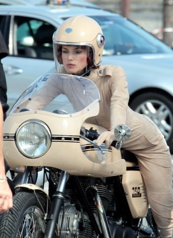 Keira Knightley look moto Chanel