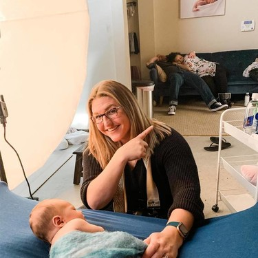 Padres recientes en estado puro: ambos se quedan dormidos durante la sesión de fotos de su bebé recién nacido