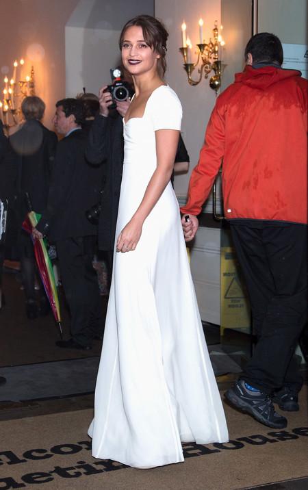 Alicia Vikander se arriesga a las transparencias con un vestido total white en una noche de lluvia