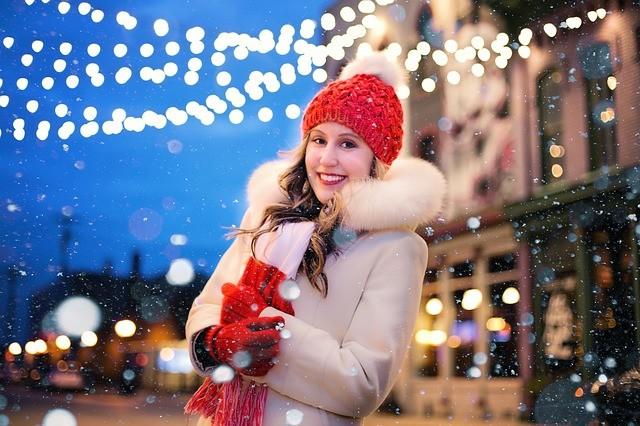 Mujer con gorro rojo y luces de navidad.