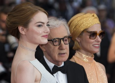 Emma Stone pasea radiante por la alfombra roja de Cannes