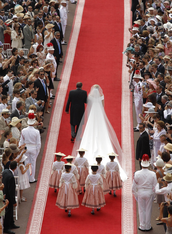 Foto de Todas las imágenes del vestido de novia de Charlene Wittstock en su boda con Alberto de Mónaco (16/19)