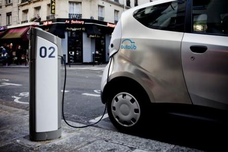 Autolib sufre la ira de los manifestantes parisinos con más de 45 coches eléctricos quemados