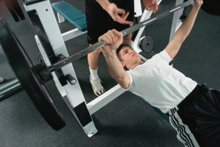 Guía para asistir en los ejercicios básicos: ¿sabes ayudar a tu compañero?