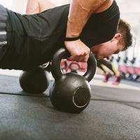 Fortalece tu core usando sólo un par de kettlebells o pesas rusas con éstos ejercicios