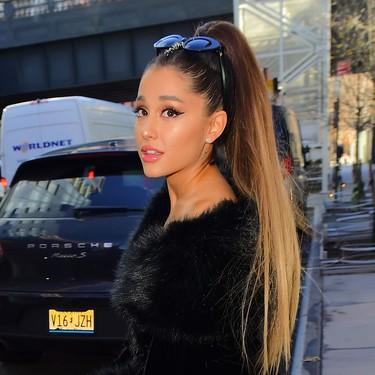 Las letras de las canciones de Ariana Grande se convierten en pancartas feministas en la Marcha de las Mujeres en Washington