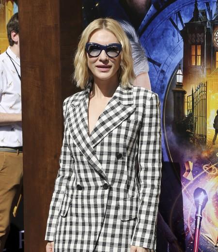 Cate Blanchett patina por primera vez con este soso traje de cuadros