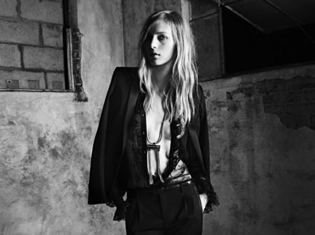 Saint Laurent sigue en blanco y negro con Hedi Slimane y una sensual Julia Nobis