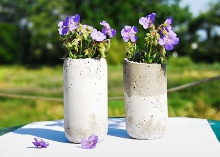 Hazlo tú mismo: unos sencillos jarrones de cemento