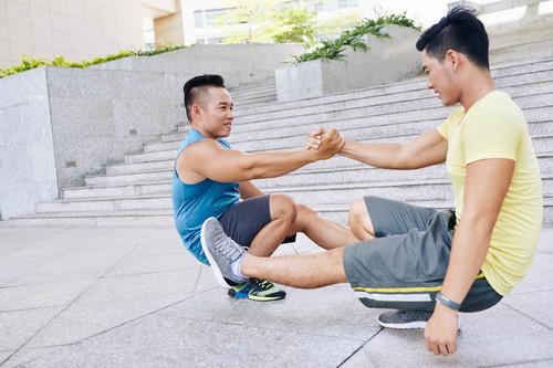 Sentadilla pistol o a una pierna para trabajar glúteos y piernas: cómo progresar de forma correcta para conseguir hacerla