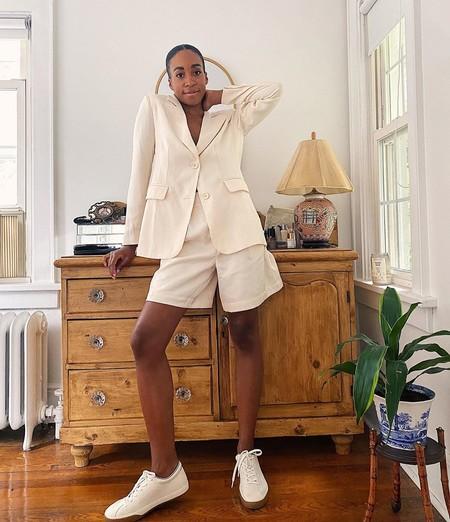 Estos trajes neutros cortos (que además están de rebajas) son perfectos para abrazar el minimalismo en looks formales de verano