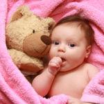 Lo absurdo de dejar a tu bebé durmiendo solo con un peluche, tu voz en una grabadora y algo que huele a mamá