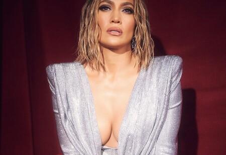 Jennifer Lopez se atreve con el eyeliner gráfico que abre más la mirada en los American Music Awards 2020